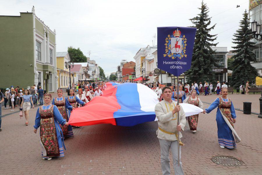 Видео дня. 100-метровый флаг пронесли по Большой Покровской