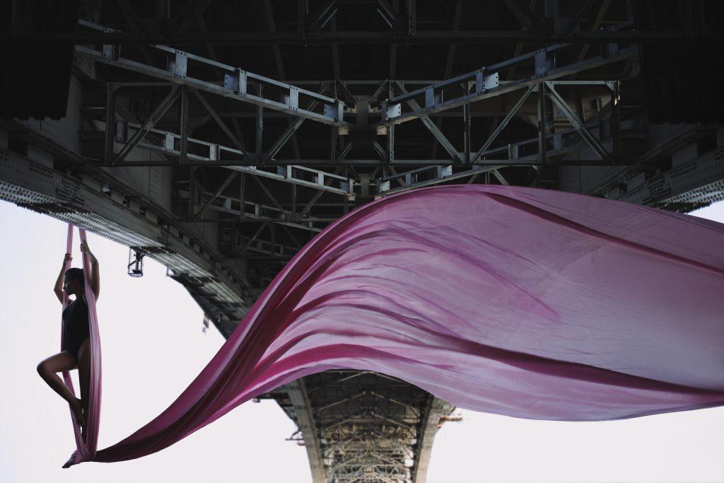 Известный нижегородский фотограф сделал снимок парящей под Канавинским мостом девушки