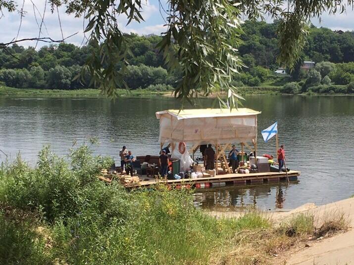 Самодельный деревянный плот пришвартовался в Павлове
