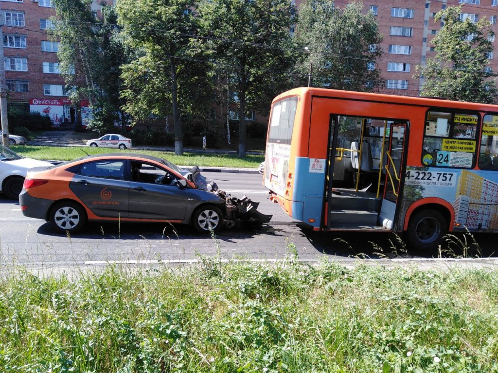 Делимобиль врезался в маршрутку в Нижнем Новгороде