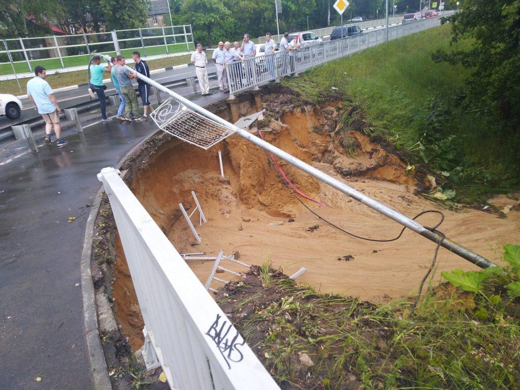 Размытую дорогу в Сарове взяли на контроль местные власти