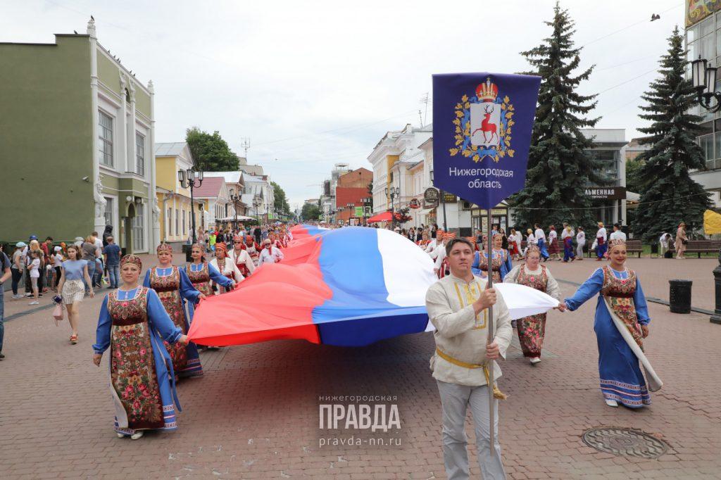 Около тысячи человек пронесли 100-метровый флаг России поБольшой Покровской