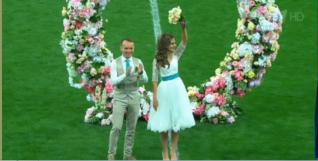 Дворник из Чебоксар и его возлюбленная поженились на поле стадиона «Нижний Новгород» во время матча Россия-Кипр