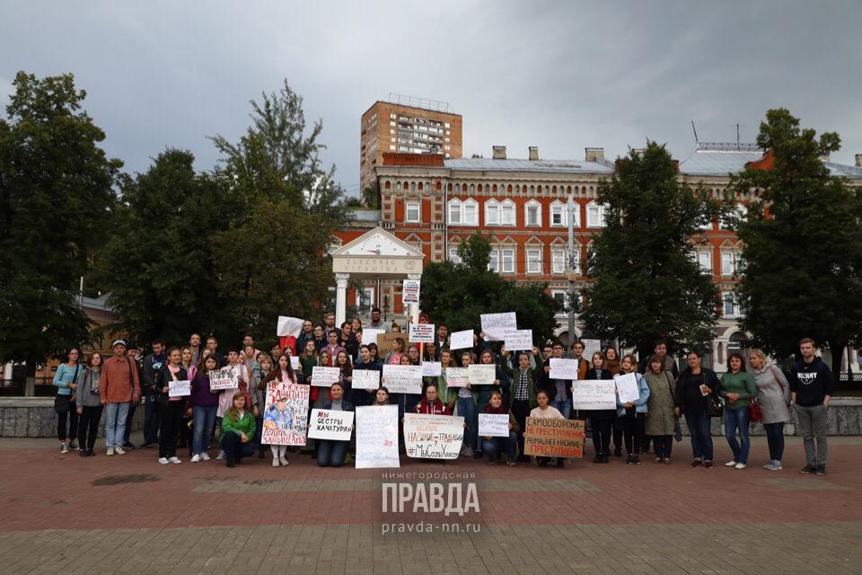 В Нижнем Новгороде прошел пикет в поддержку сестер Хачатурян (ФОТО)
