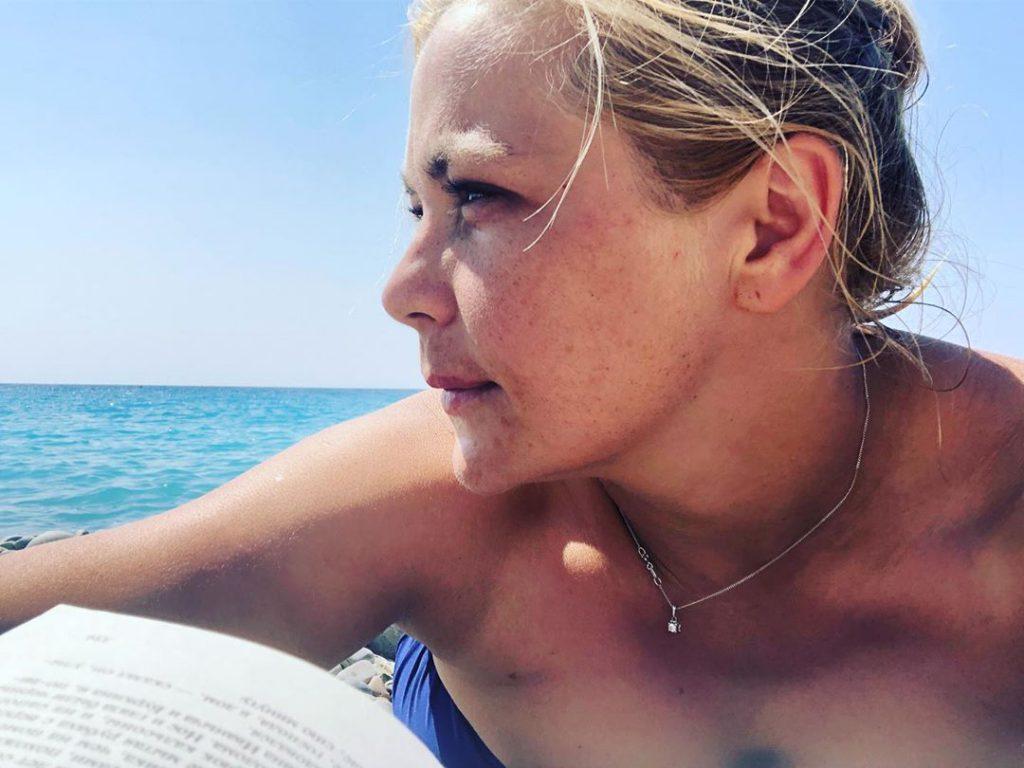 «Любовь в глазах, любовь на камушке». Ирина Пегова взорвала соцсети фото в купальнике
