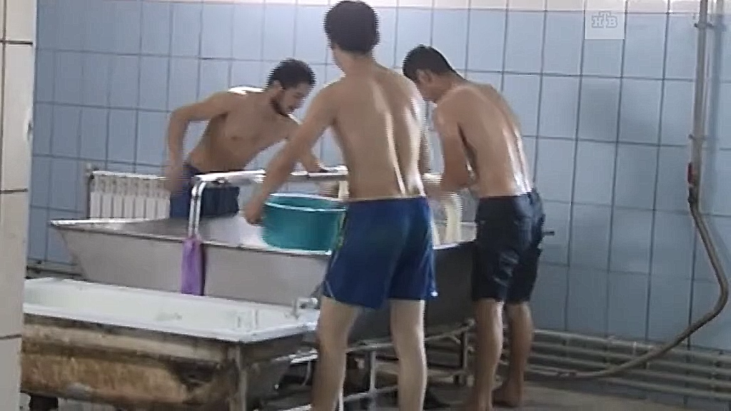 Потные и голыми руками. В Нижегородской области производили сыр в условиях полной антисанитарии