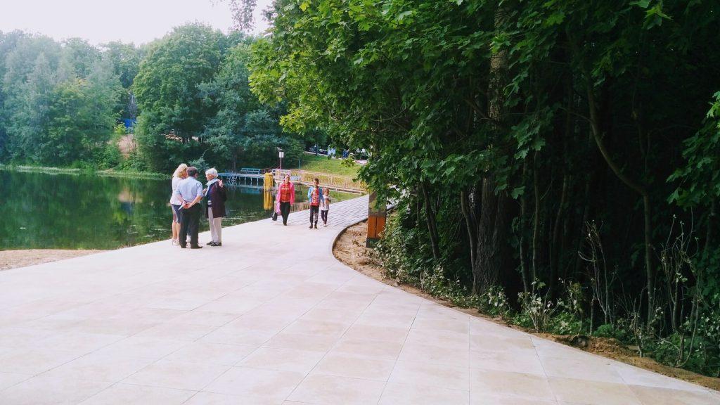 Между озерами Щелоковского хутора уложили новое дорожное покрытие