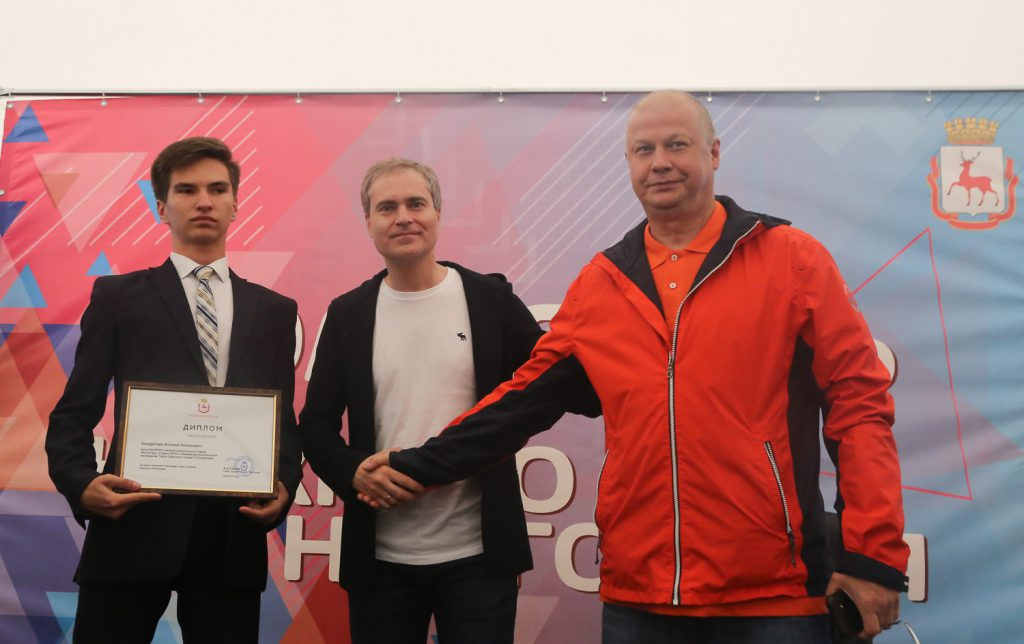 Волонтер поискового отряда получил именную стипендию из рук Владимира Панова