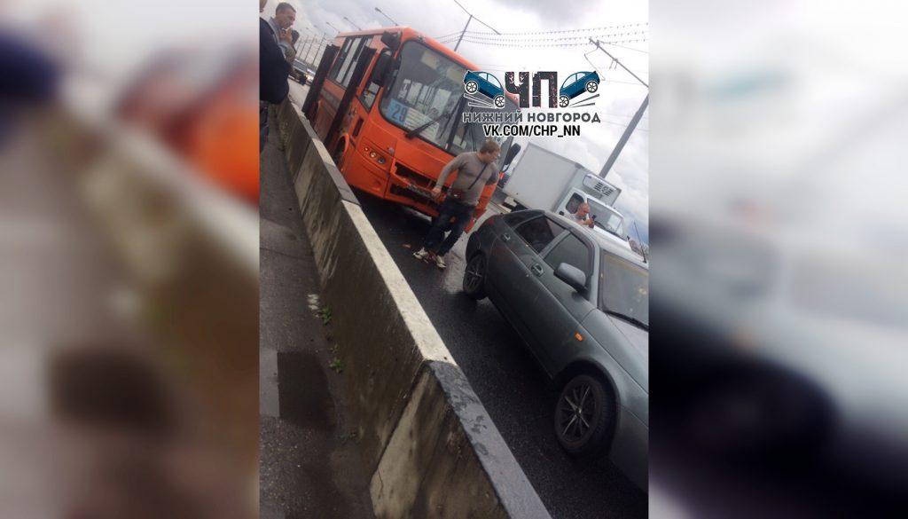 Маршрутка столкнулась с тремя автомобилями на Молитовском мосту