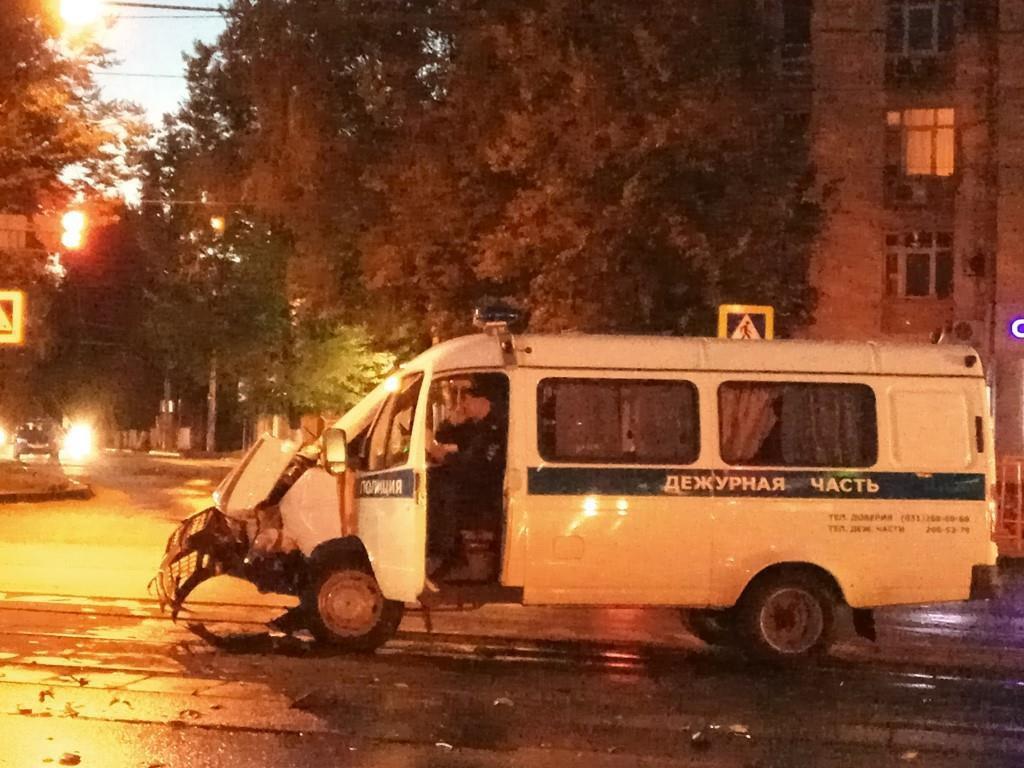 Полицейская машина столкнулась с иномаркой на улице Белинского (ВИДЕО)