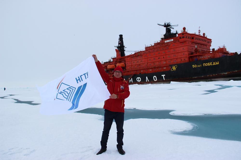 Флаг нижегородского Политеха установили на Северном полюсе
