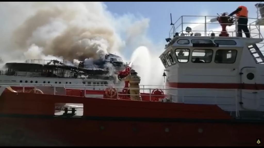 Теплоход «Святая Русь» загорелся в Нижнем Новгороде