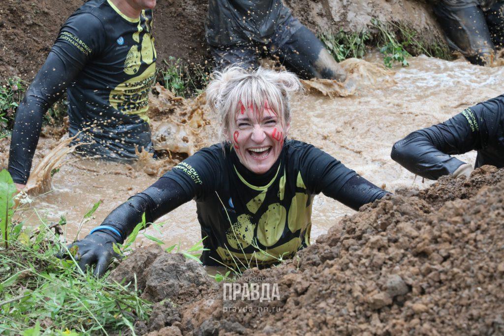 Настоящие герои грязи не боятся: 10 ярких фото с забега «Стальной характер»