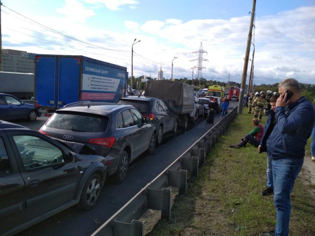 Огромная пробка образовалась на Мызинском мосту: 8 автомобилей столкнулись на переправе