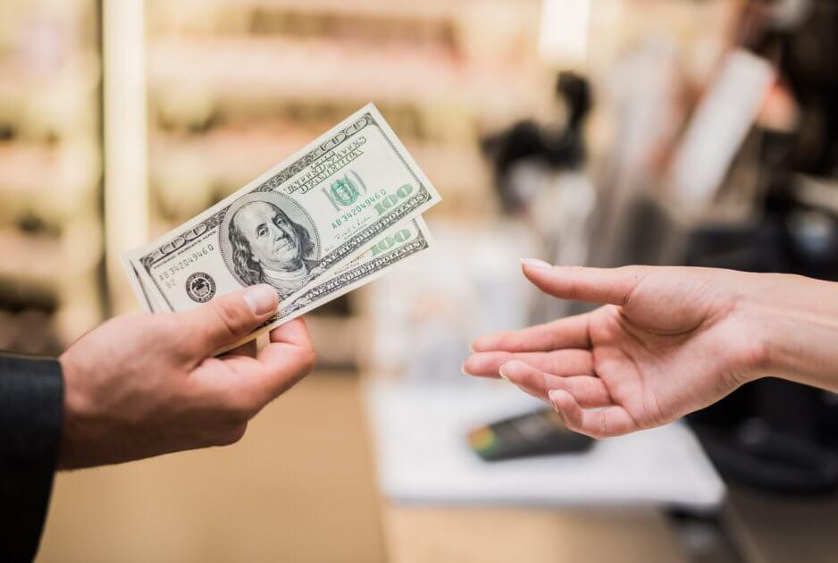 Психологи рассказали, сколько денег нужно тратить на женщину