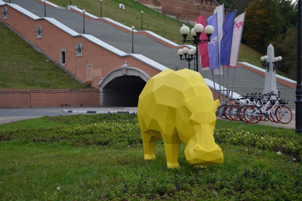 Фото дня: желтый бегемот появился около Чкаловской лестницы в Нижнем Новгороде