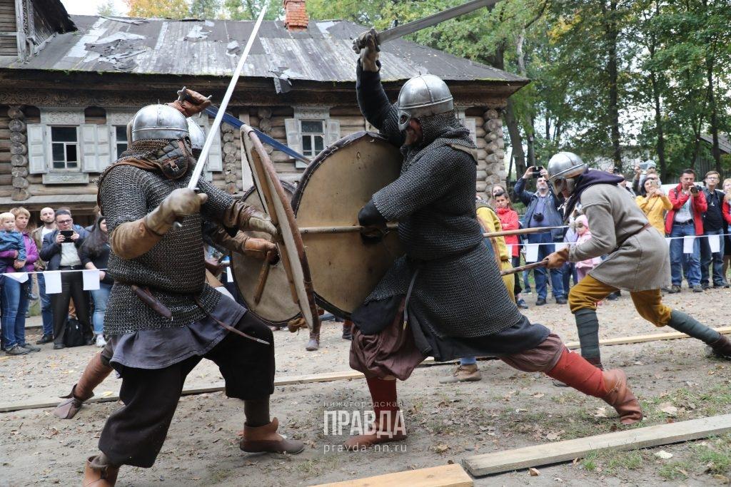 Средневековые танцы, борьба на мечах и рок-музыка: как проходит фестиваль «Приволжский штандарт»