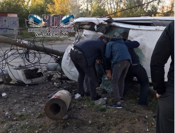 Иномарка перевернулась и влетела в столб в Сормовском районе (ВИДЕО)