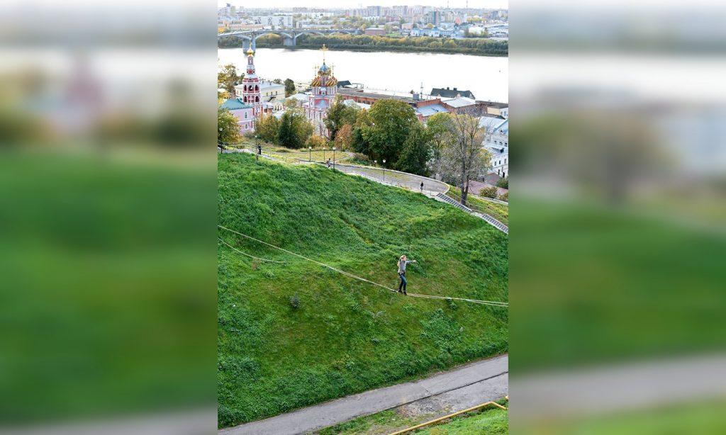 Нижегородский фотограф запечатлел девушку, идущую по канату над оврагом