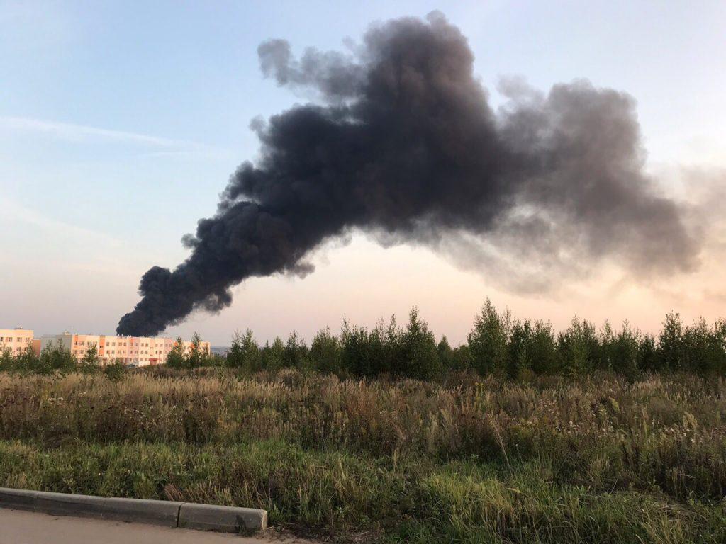 В Богородском районе горит промышленный ангар