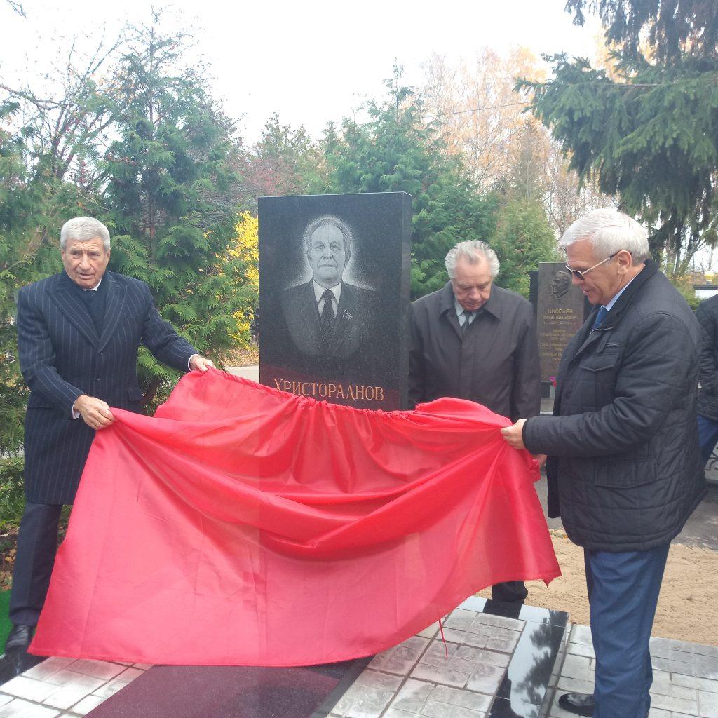Памятник почётному гражданину Нижегородской области Юрию Христораднову открыли на Автозаводском кладбище