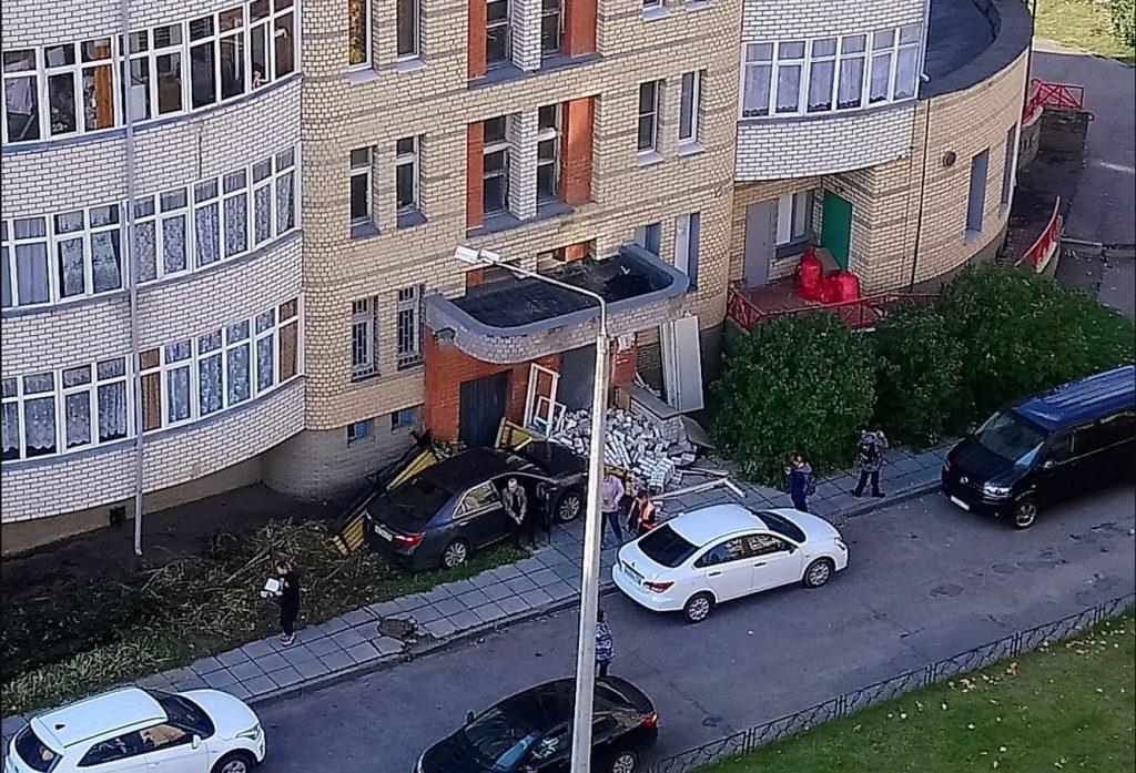 Машина проломила стену дома, влетев в неё на скорости в Сарове (ВИДЕО)