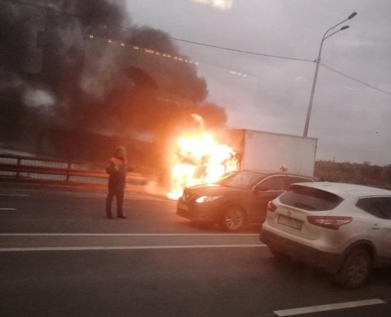 ГАЗель загорелась на Мызинском мосту: переправу сковали большие пробки