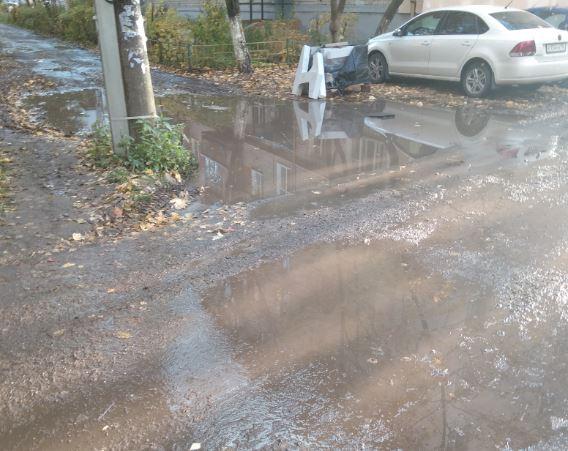«А вы видите дорогу? А она есть»: жители улицы Ванеева жалуются на размытую грунтовку