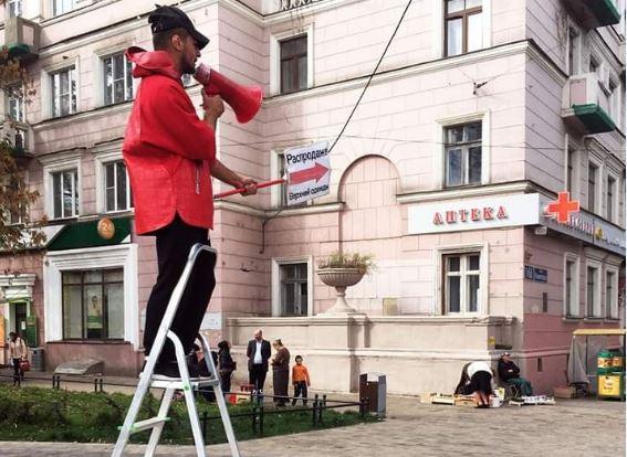 Зазывалы на стремянках продолжают пытать рекламой нижегородцев