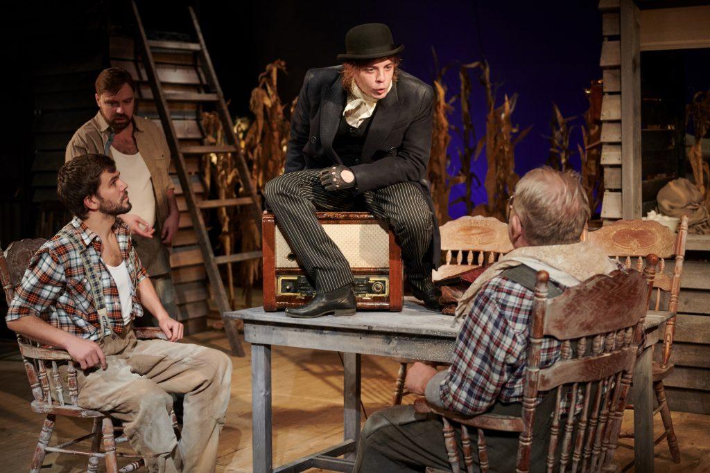 Спектакль с дождем на сцене: премьера известной постановки прошла в Нижегородском театре драмы