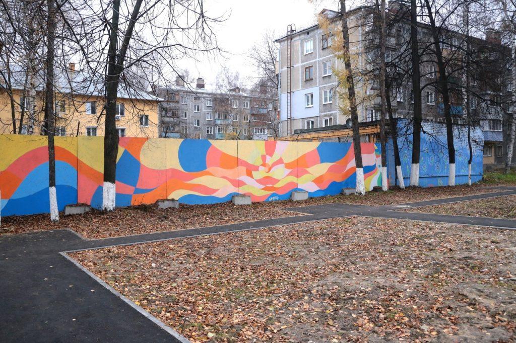 Фото дня: на заборе полиции в Нижнем Новгороде появилось яркое граффити