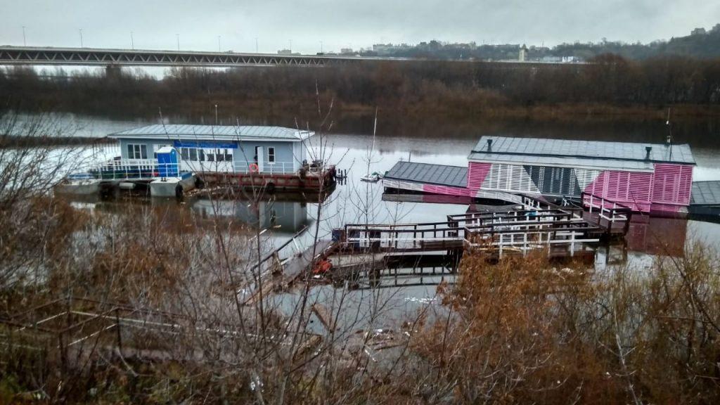 Дебаркадер затонул в Оке в Нижнем Новгороде: произошел разлив топлива