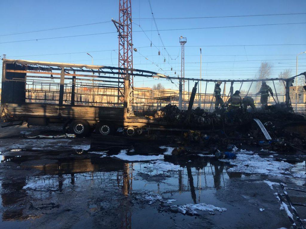 Фура загорелась около вокзала в Дзержинске (ВИДЕО)