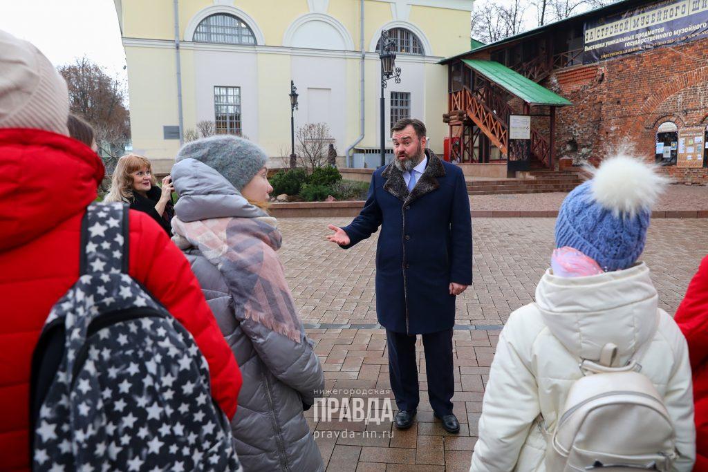 «Я открываю Нижний»: Замгубернатора Андрей Бетин прогулялся со школьниками по Кремлю