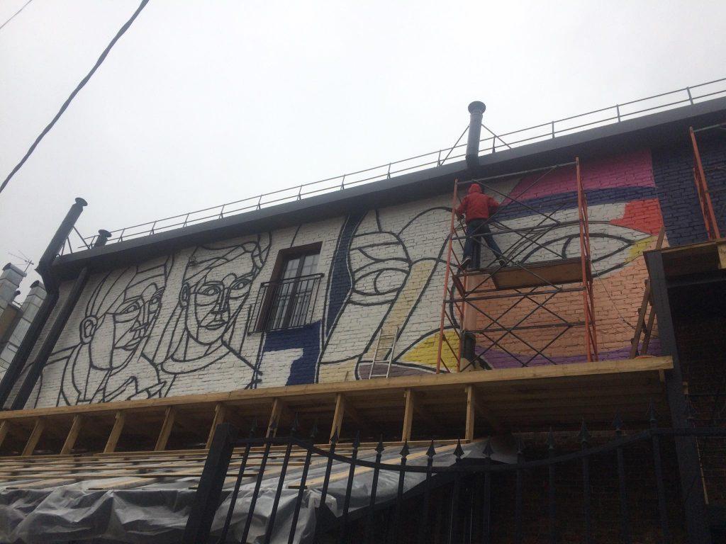Фото дня: Новое граффити рождается в центре Нижнего Новгорода
