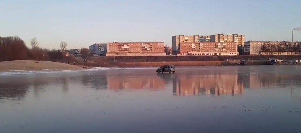 Автомобиль прокатился по льду в Дзержинске