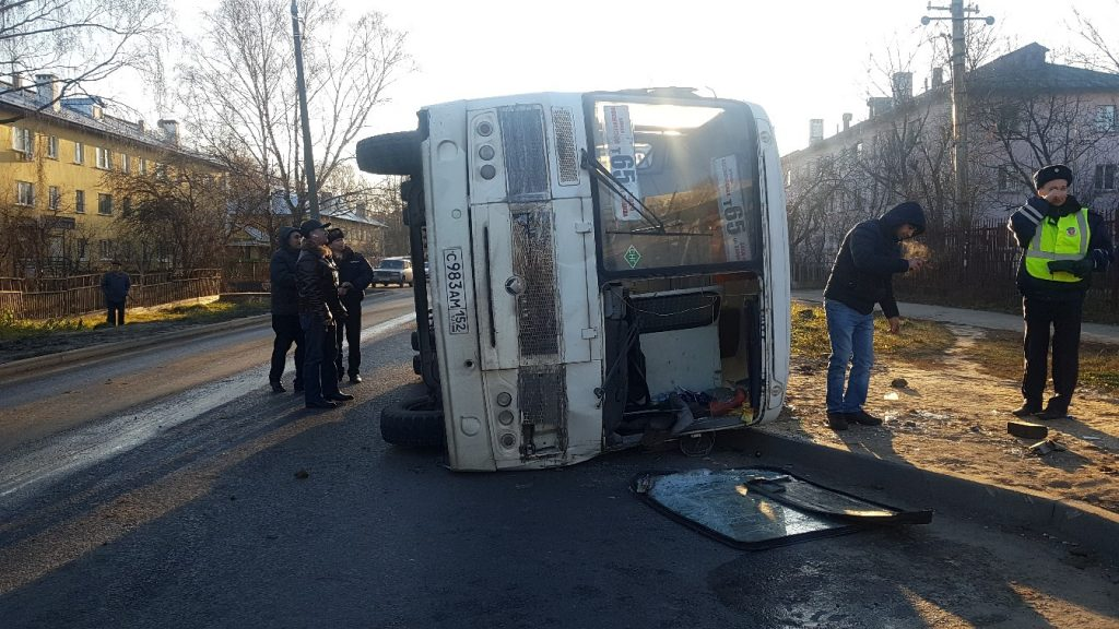 Опубликовано видео ДТП на улице Мончегорской, в котором перевернулась маршрутка