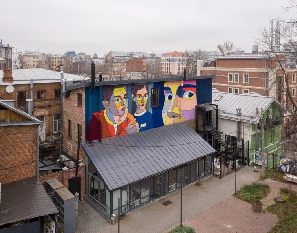 До идеала не дотянула только погода: стрит-арт художник Дмитрий Аске завершил роспись стены в центре Нижнего Новгорода