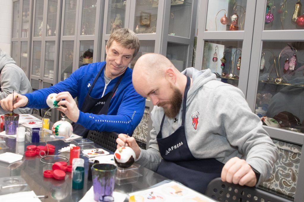 Хоккеисты «Торпедо» разукрасили елочные игрушки для аукциона в поддержку юных хоккеистов с ограниченными возможностями