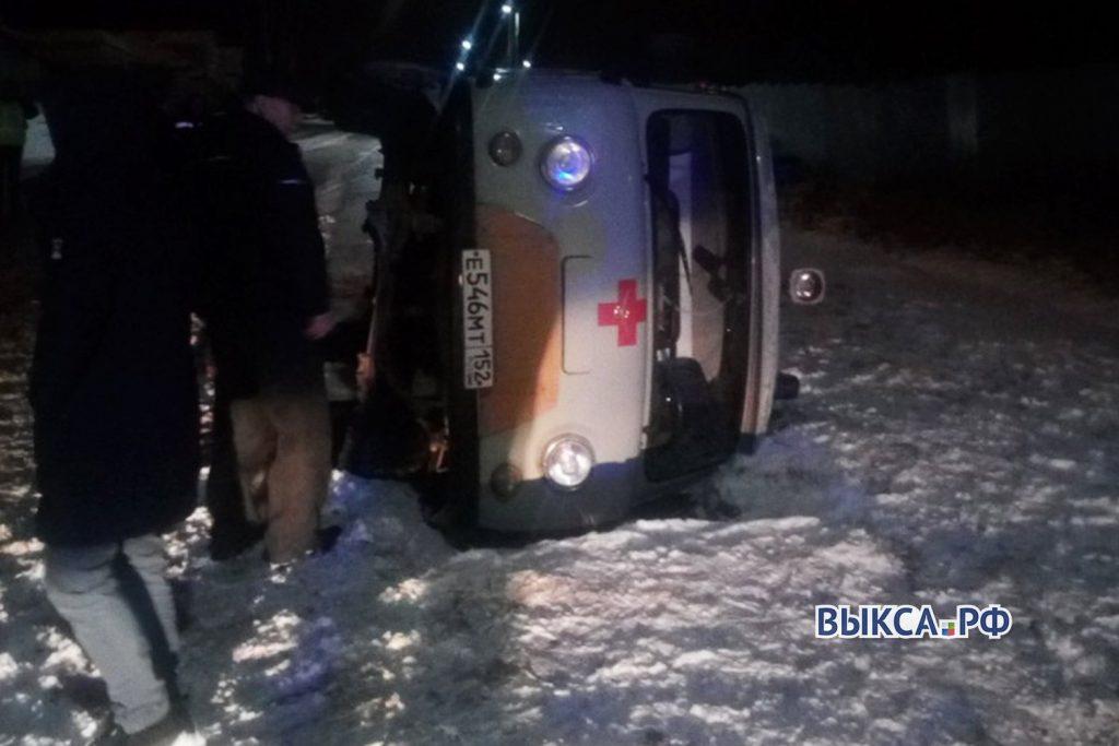Машина скорой помощи с пассажирами легла на бок в Выксе
