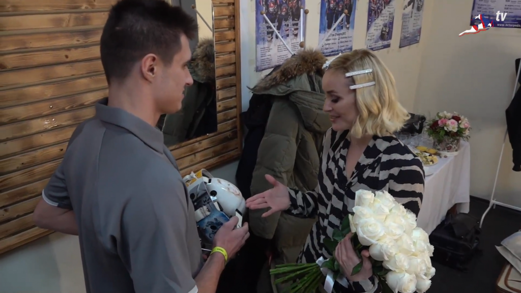 Видео дня: Полина Гагарина встретилась со своим нижегородским фанатом — вратарём хоккейного клуба «Чайка»