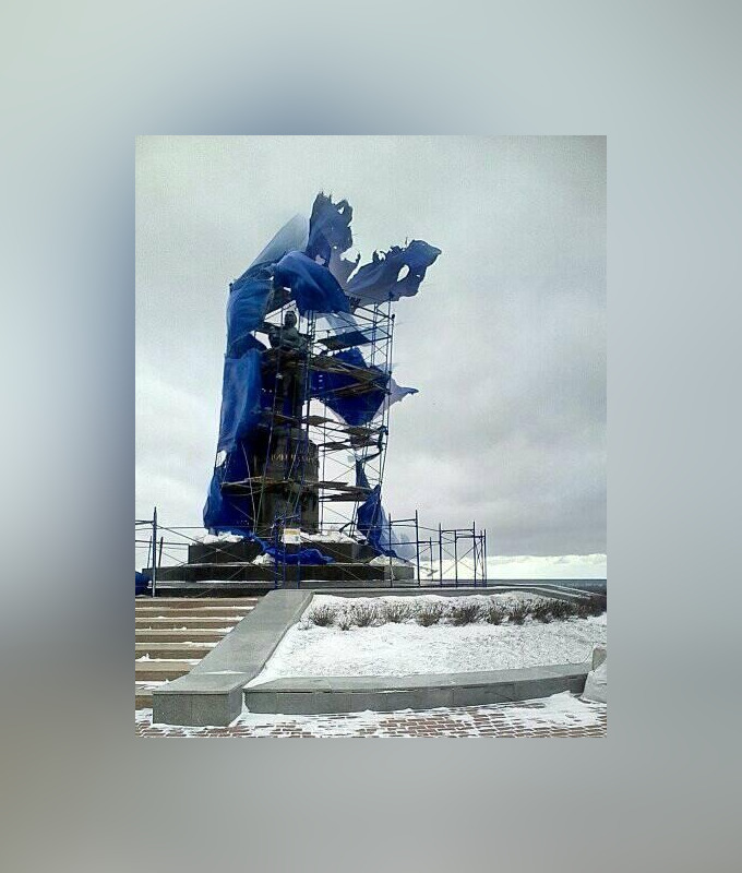 Памятник Чкалову «потрепало» ветром