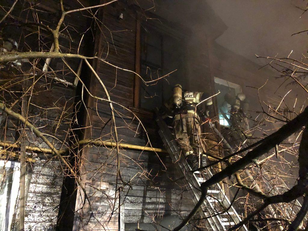 10 человек эвакуировали из горящего дома в Ленинском районе (ВИДЕО)