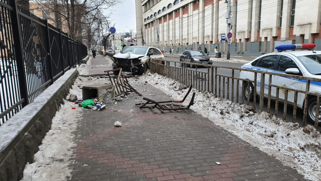 Иномарка вылетела с дороги и снесла ограждение около лицея №40 в Нижнем Новгороде (видео)