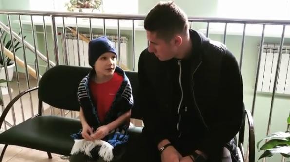 «Сюрприз для Кости»: игрок ФК «НН» пришёл в школу и поздравил ученика с днём рождения