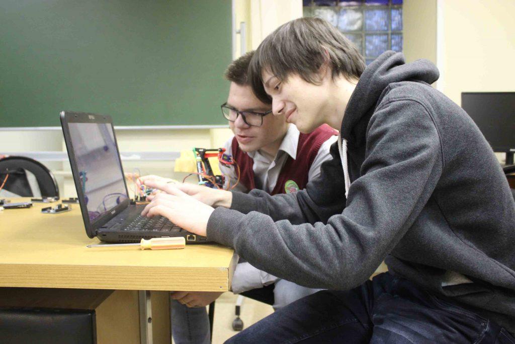 «Давайте делать лазерный меч и плащ-невидимку»: смотрим, как изобретения нижегородских школьников меняют мир