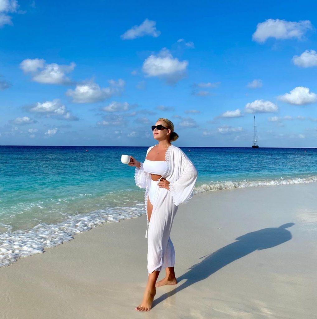 «Мой вес постоянно скачет, а вот самооценка стабильна»: Екатерина Одинцова рассказала об отдыхе с дочерью на Мальдивах