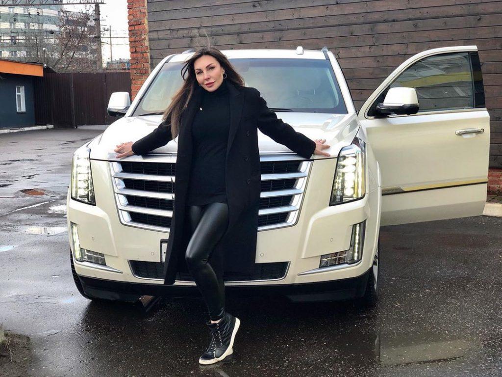 «Скучает без дела»: Наталья Бочкарёва выставила на продажу любимый «Cadillac»