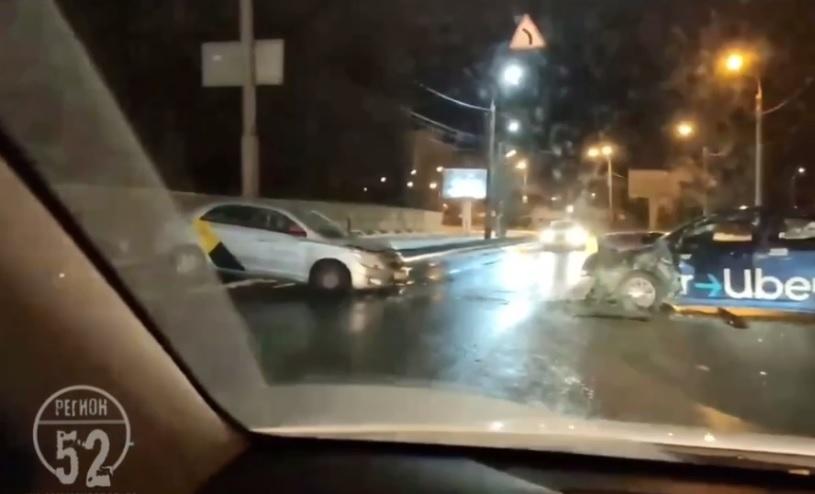 В Нижнем Новгороде столкнулись машины Яндекс.Такси и Uber