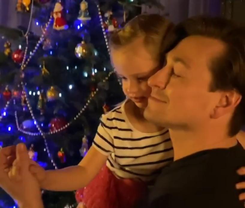 Сергей Безруков станцевал новогодний танец с трехлетней дочкой